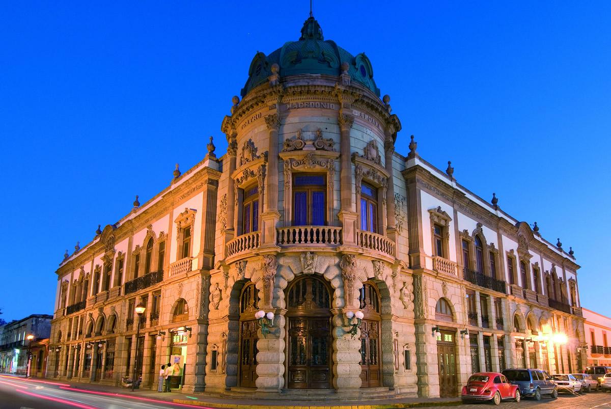 Fachada del teatro Macedonio Alcalá
